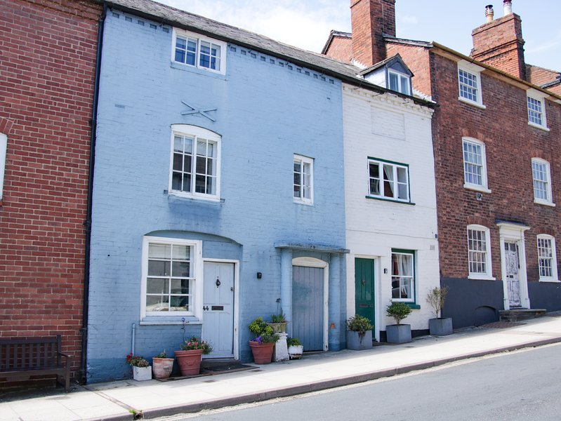 44 OLD STREET, over three floors, en-suites, balcony, courtyard garden, in, vakantiewoning in Overton