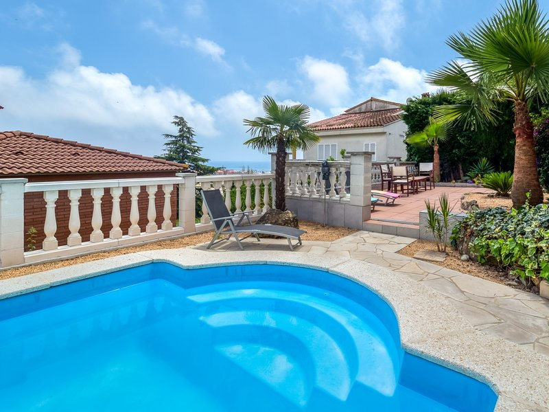 Large outdoor area, private pool and have fun, alquiler vacacional en Santa Susanna