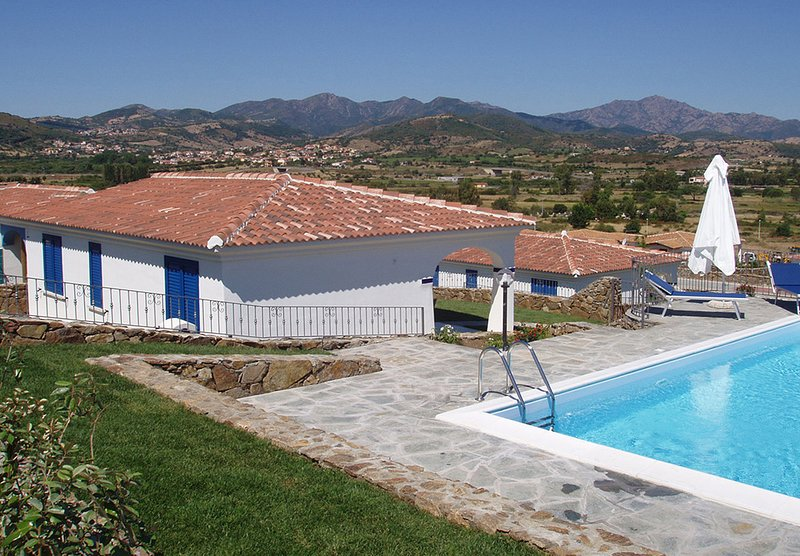 Villa Moreno 05, Sea View and Swimming Pool, vacation rental in Tanaunella