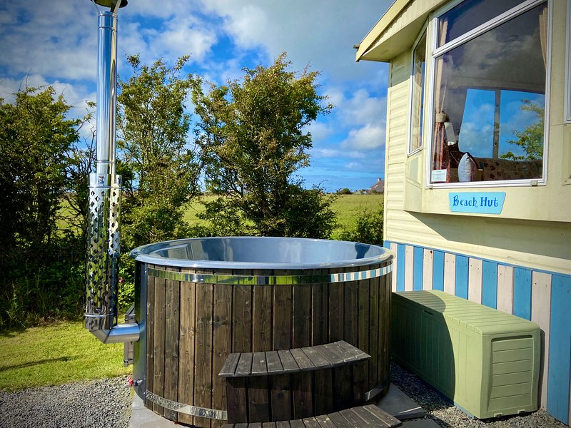 'The Beach Hut', PRIVATE HOT TUB 2 bedroom luxury holiday home in Anglesey, holiday rental in Llanerchymedd