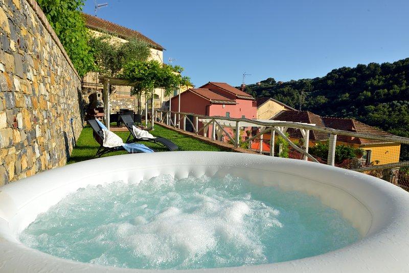 Casa Borgo: casa indipendente con giardino, Jacuzzi e parco giochi per bambini, vacation rental in Diano Borello