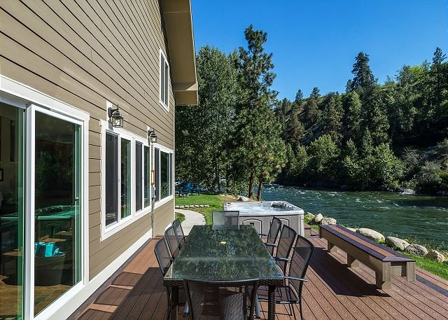 Relax riverside in Leavenworth! Hot Tub, WiFi, Fido OK and more!, vacation rental in Dryden