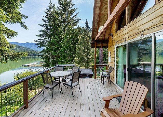 Lakefront, private dock, hot tub, sauna, WiFi, and get your fish on!, holiday rental in Leavenworth
