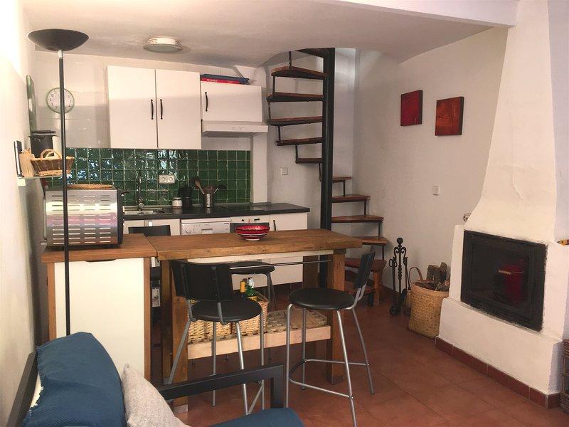Encantadora casa en Piedralaves con vistas a la montaña, holiday rental in Piedralaves