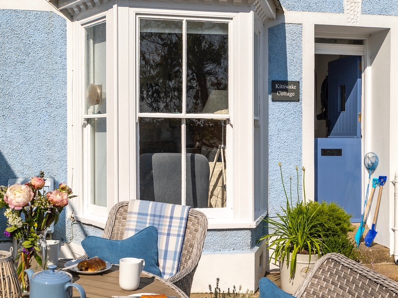 Kittiwake Cottage, sleeps 6, with harbour views, St Ives centre, holiday rental in St Ives