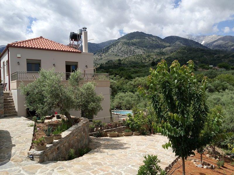 ISOLATED ESTATE 'LUXURY VILLA KASTANIA' WITH PRIVATE POOL, aluguéis de temporada em Melidoni