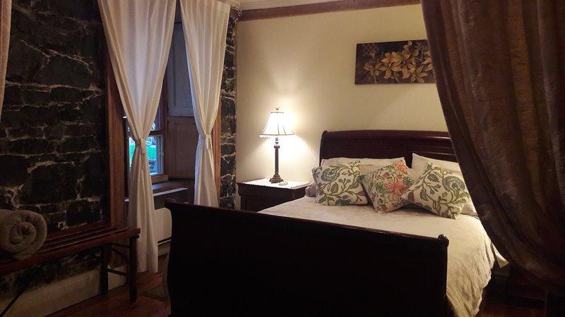 Suite Jardin, petit salon avec télé câblée, climatisation, frigo, micro-onde, etc.