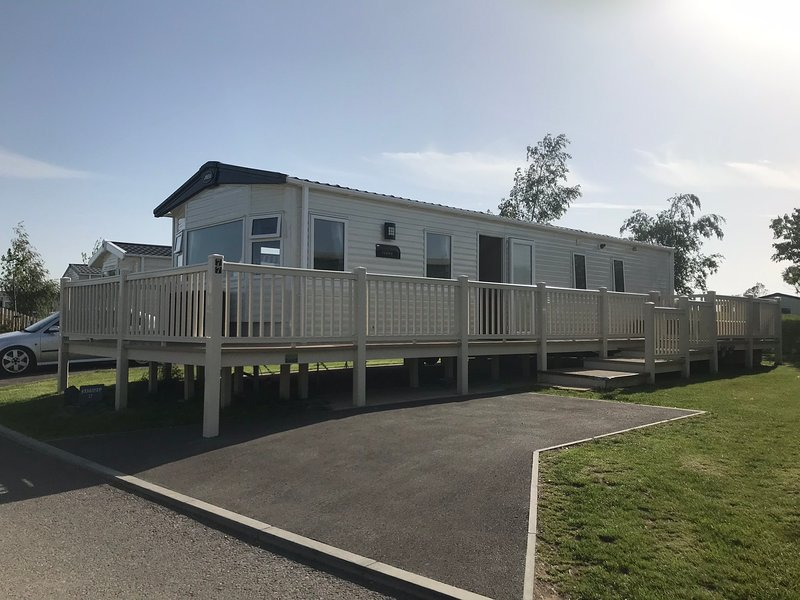 Emmara holiday home with private hot tub, holiday rental in Tattershall