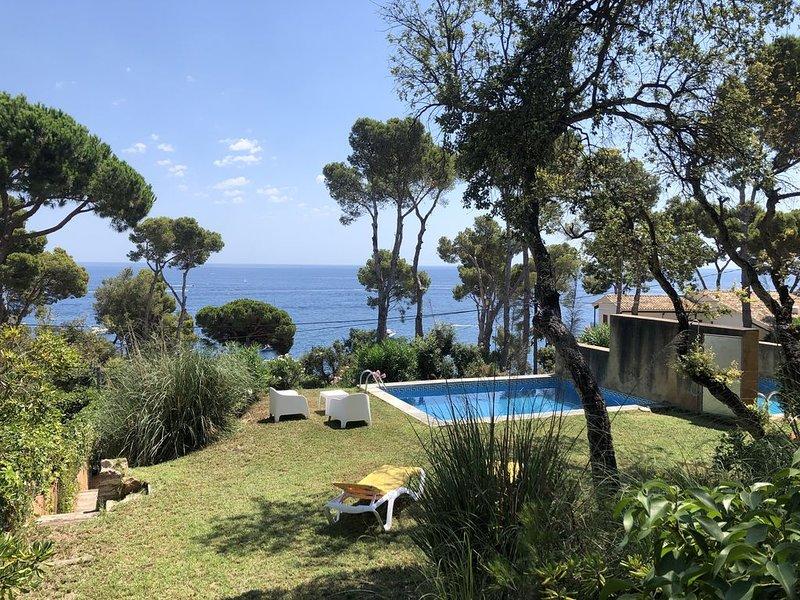 Casa moderna con piscina privada en primera linia de mar, vacation rental in Calella de Palafrugell