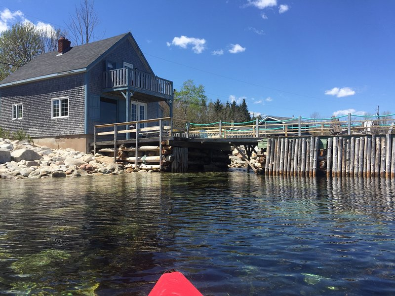 Old Fish Store with a wharf, Mill Cove, Light House Route, Aspatogan, vakantiewoning in Chester