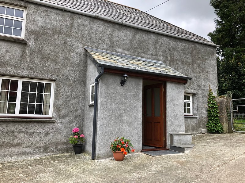 Part 17C farmhouse granite fireplace deep cob wall, holiday rental in Kennards House