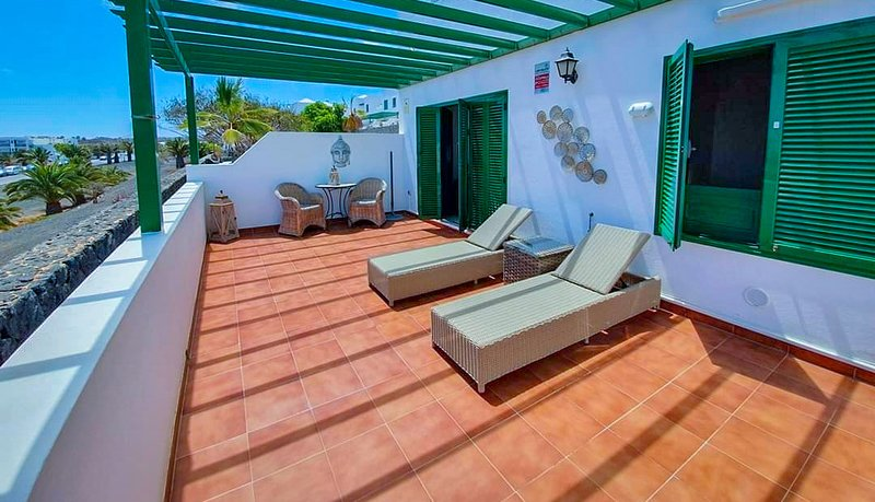 CASA SOL, AIR CON, apartment with WIFI, HAND SANITISER UNIT #SAFE,VV License, vacation rental in Costa Teguise