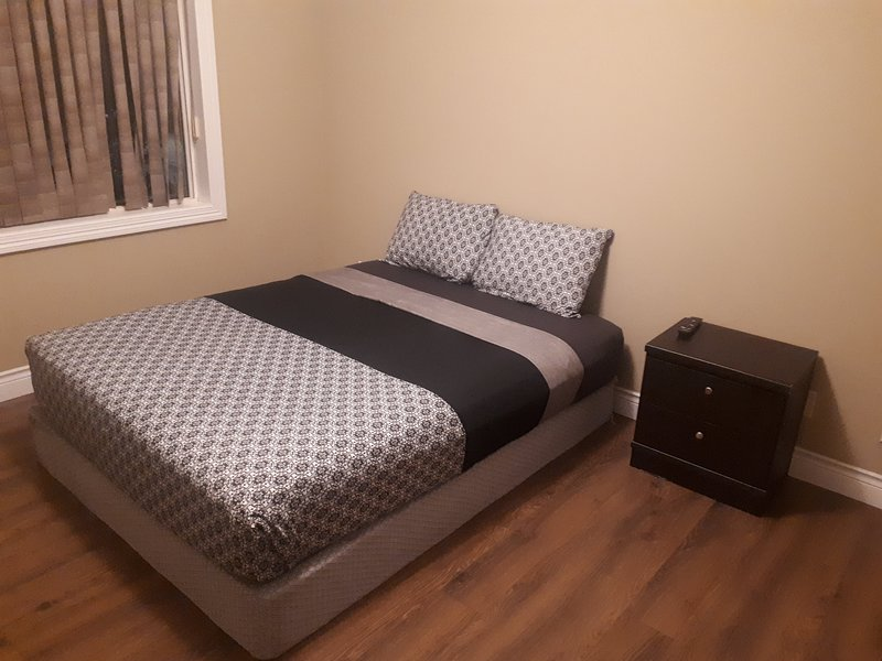Deluxe 2 Bedroom 2 Bath Apartment and Den  with Gym, holiday rental in Fort McMurray