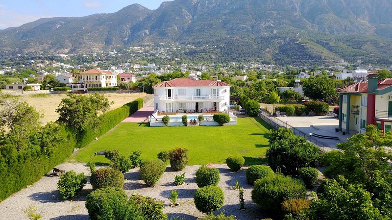 Captivating 5-Bed Villa with private pool & garden, holiday rental in Lapta