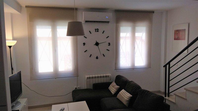 Dúplex céntrico, exterior, 2 baños, sin zona ORA, a/a y calef., vacation rental in Nambroca