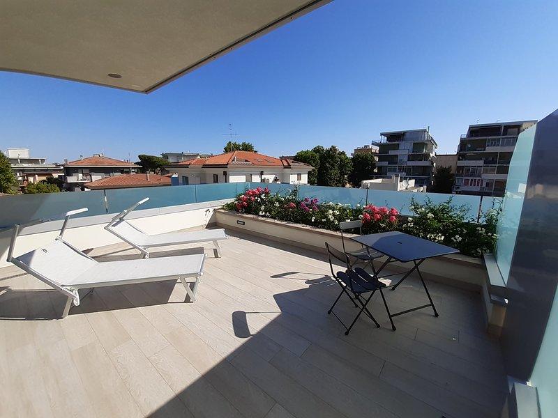 Camera con ampia terrazza a Rimini a due passi dal mare: completamente nuova!, vacation rental in Rimini