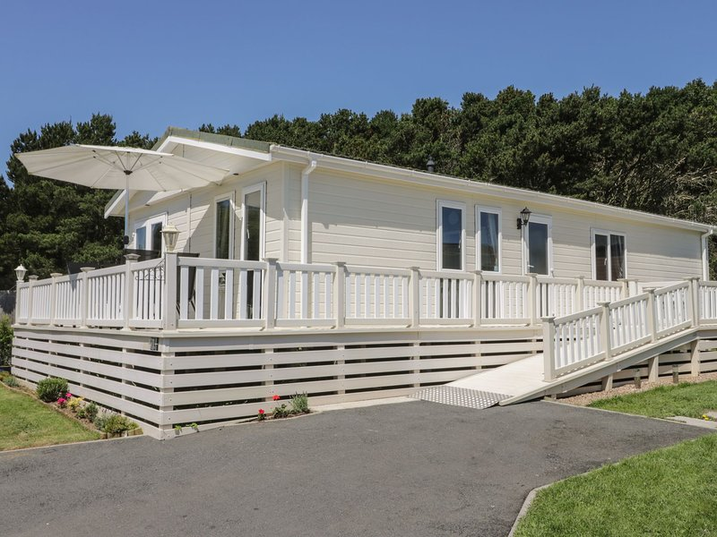 Impeccable 3-Bed Lodge at Cayton Bay Holiday Park, casa vacanza a Flixton