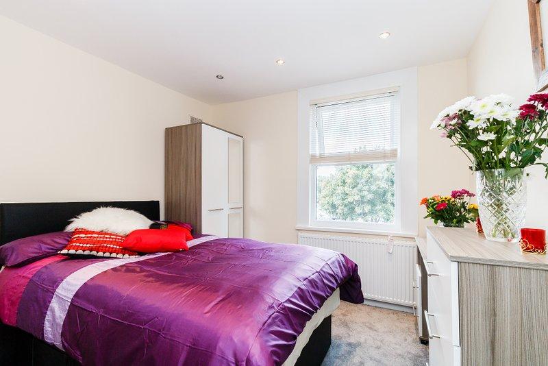 ★ 2 FULLY SERVICED ROOMS ★ Deep Cleaned - Central SLOUGH, location de vacances à Slough