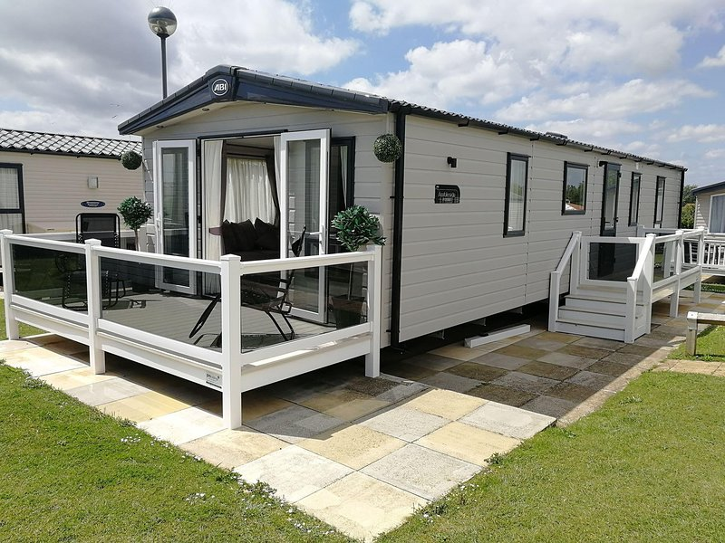 Stunning 8 berth caravan with sea views at Hopton Haven in Norfolk ref 80014H, vacation rental in Hopton on Sea