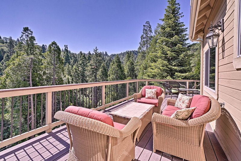 NEW! Lake Arrowhead Retreat w/ Decks + Mtn Views!, alquiler de vacaciones en Cedar Glen