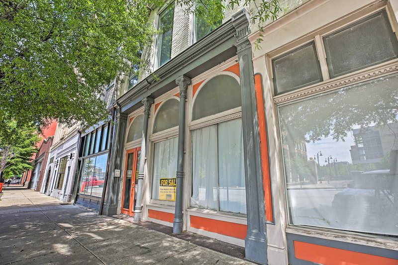 This central condo is close to all of Louisville's top attractions.
