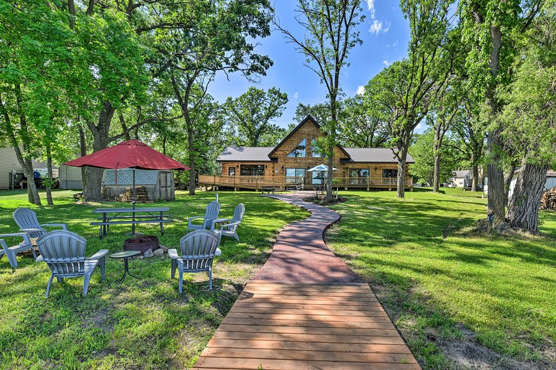 NEW! Spacious Pearl Lake Retreat w/ Private Dock!, holiday rental in Waite Park