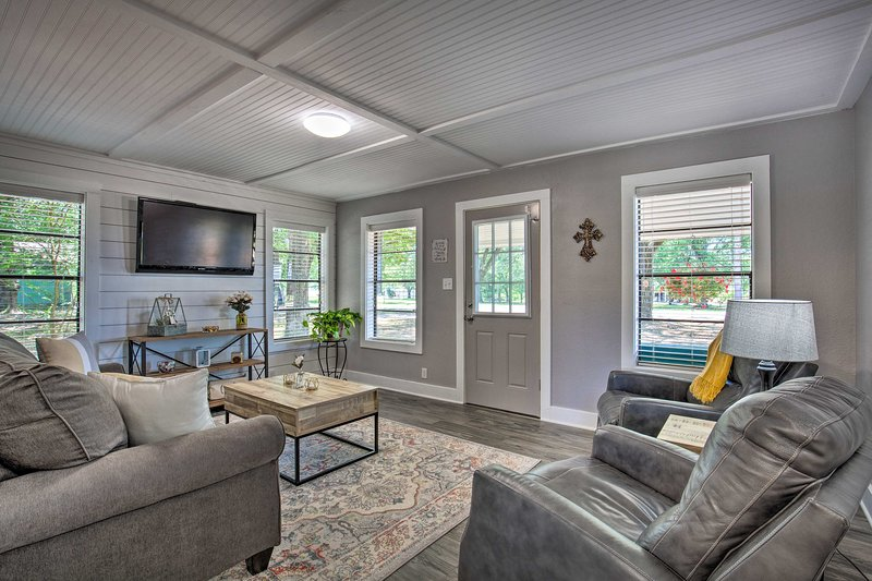 NEW! Quaint Home w/Deck + Grill Mins to Lake Fork!, casa vacanza a Emory