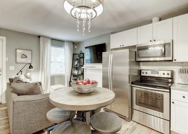 Ultimate Denver Getaway 2 Bd Designer Apartment, vacation rental in Denver
