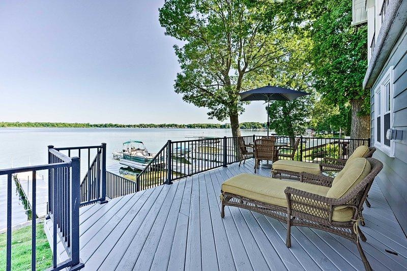 Modern House w/ 2 Decks, Kayaks + Duck Lake Views!, casa vacanza a Marshall