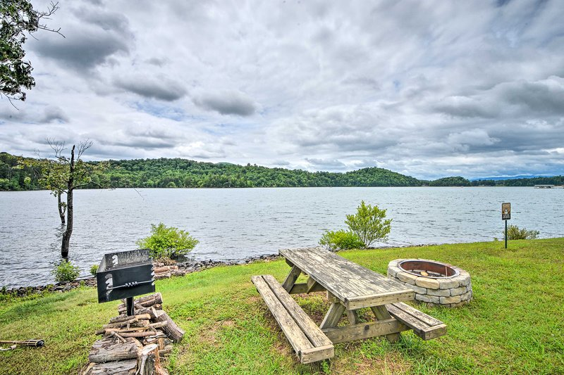 NEW! Townhome w/Fire Pit, Lake View, Pets Welcome!, vacation rental in Young Harris