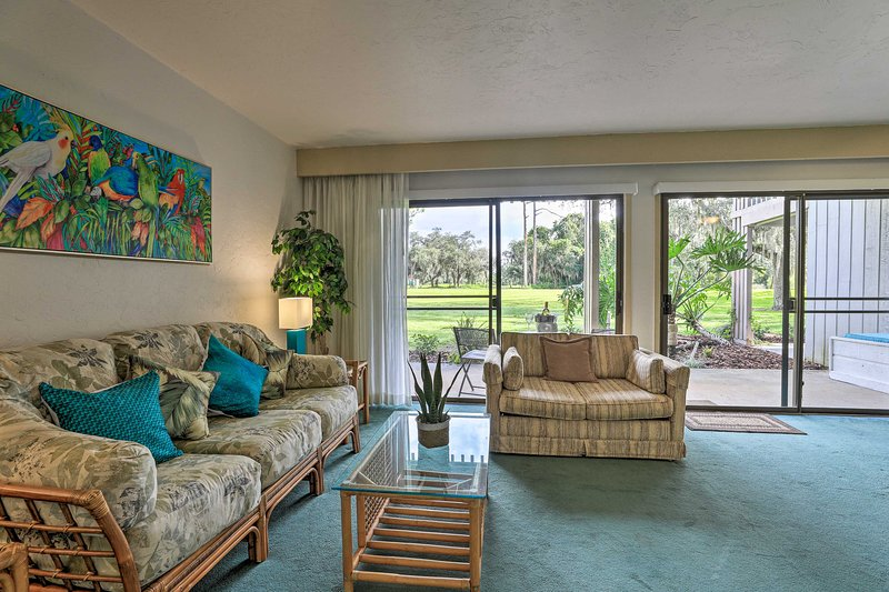 NEW! Cozy Condo on 11th Hole ~ 25 Miles to Disney!, holiday rental in Waverly
