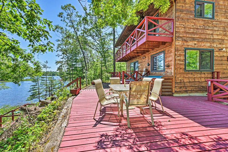 NEW! Waterfront Cabin on Long Lake w/Dock, Kayaks!, vacation rental in Luck