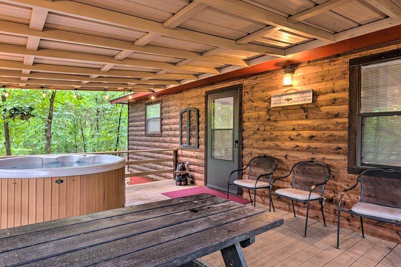 NEW! Broken Bow Cabin 3 Mi to Beavers Bend Marina!, Ferienwohnung in Hochatown