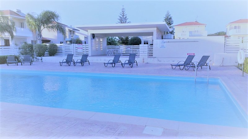 Amazing penthouse near a beach with swimming pool very large veranda, vacation rental in Pervolia