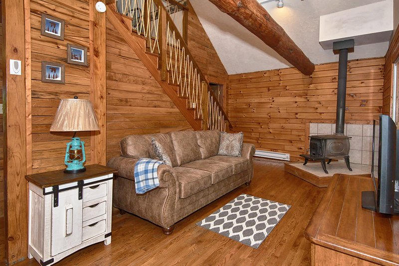Secluded, Sanitized Hocking Hills 2 bedroom cabin, minimum stay required, holiday rental in Rockbridge