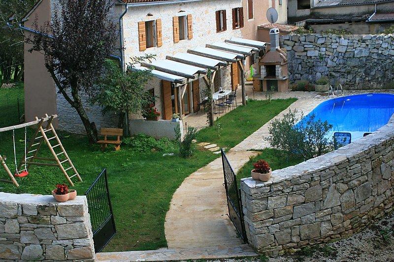 Batlug Holiday Home Sleeps 10 with Pool and Air Con - 5859806, holiday rental in Zminj