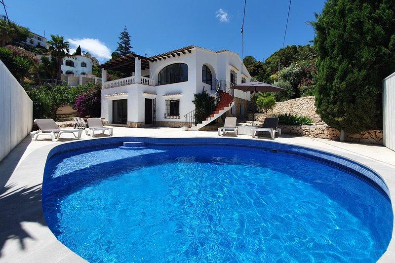 Recent totaal gerenoveerde 2 laagse villa met eigen privé zwembad., vacation rental in Benissa