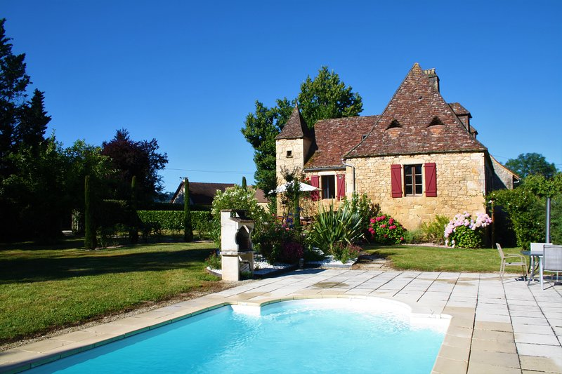 MONTILLOU - LOVELY STONE COTTAGE, NEWLY RENOVATED, WITH HEATED POOL AND GARDEN, alquiler vacacional en Domme