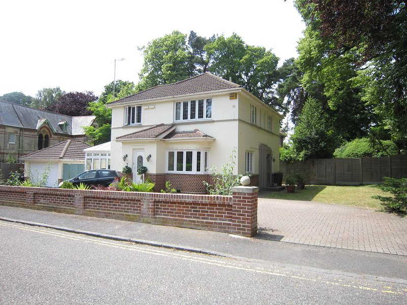 Character detached house with parking walking distance to the beach, holiday rental in Bournemouth