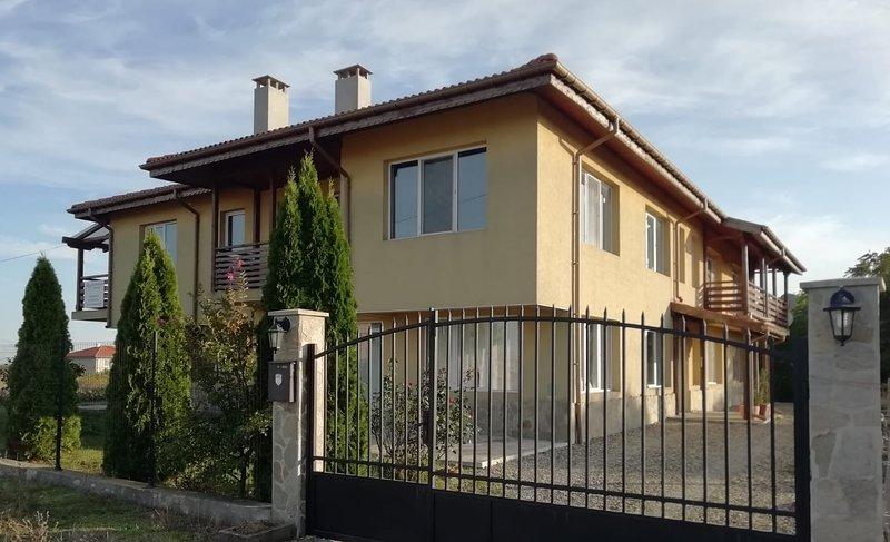 Villa Bjala Rose Appartment Haus, holiday rental in Shkorpilovtsi