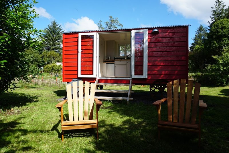 Ballyroe Glamping - Shepherd's Hut 'Aoife', vacation rental in Glandore