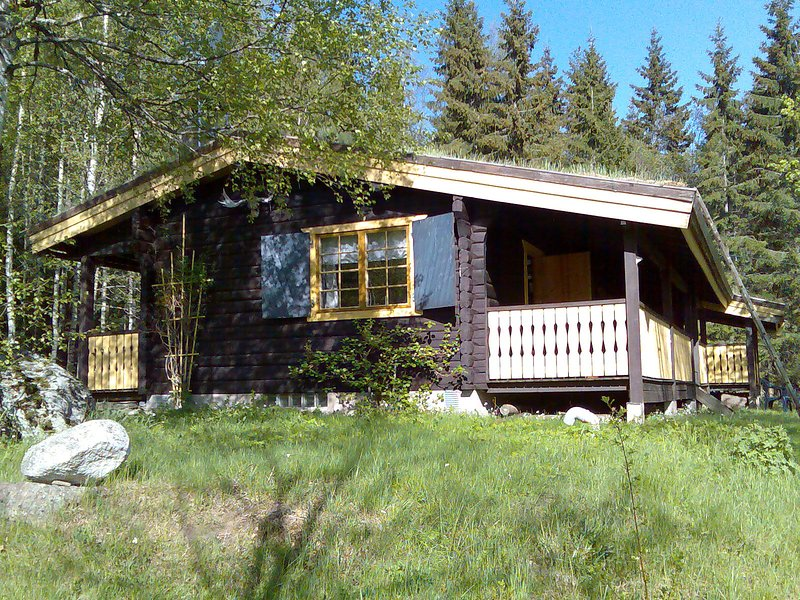 Schönes Blockhaus in der Natur am See mit Boot nahe dem Ort Fredros (Värmland), aluguéis de temporada em Sunne