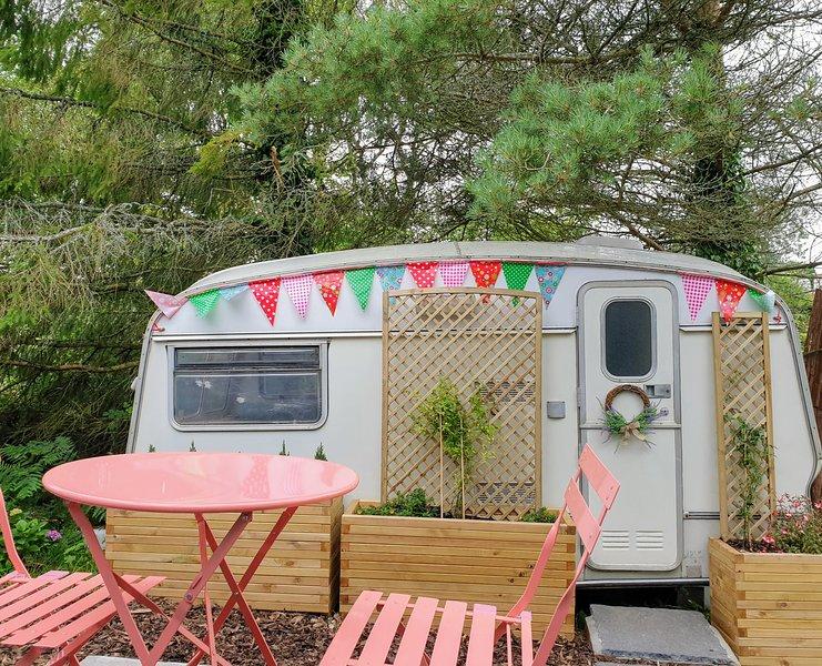 'Blodwen' Vintage Glamping Van ⭐Breakfast Hamper ⭐Tin Hygge Shack + Log Burner, holiday rental in Cresselly