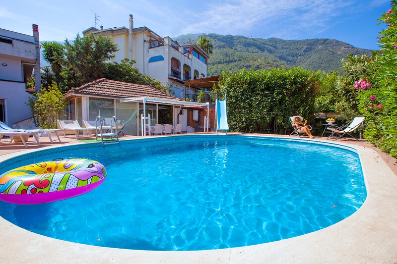 Villa Panorama luxury villla with  seaview, pool, garden and private parking !, vakantiewoning in Gragnano