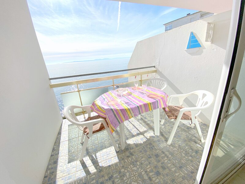 MEDA 3EApartment on Seafront with 1 bedroom on the Far area with private parking, holiday rental in Roses