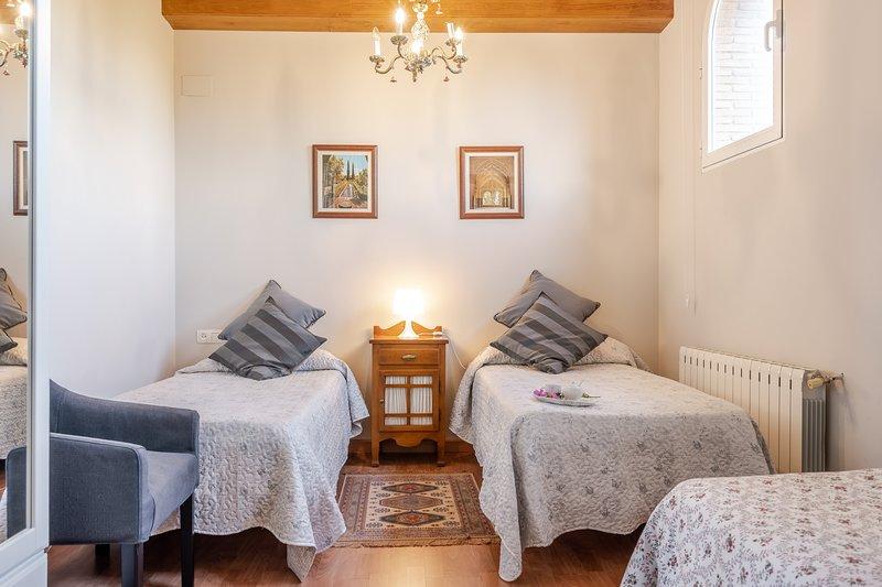 RURAL DE LA REINA - Habitacion 3 para dos personas o para tres, aluguéis de temporada em Otura