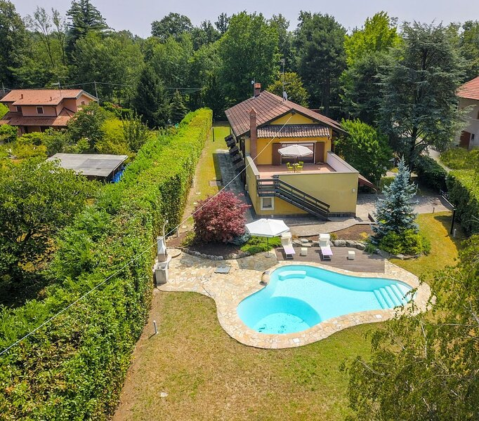 Golf Villa Cascina Cordona 1671 with pool and garden near Golf Club in Agrate Co, location de vacances à Divignano