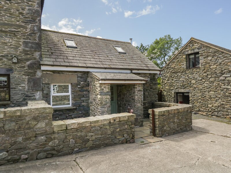 THIMBLE COTTAGE, romantic, luxury holiday cottage, with open fire in Pennington, holiday rental in Kirkby in Furness