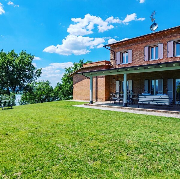 Stunning At Lake Country Private Villa Tuscany/Umbria Wifi A/C, holiday rental in Cozzano