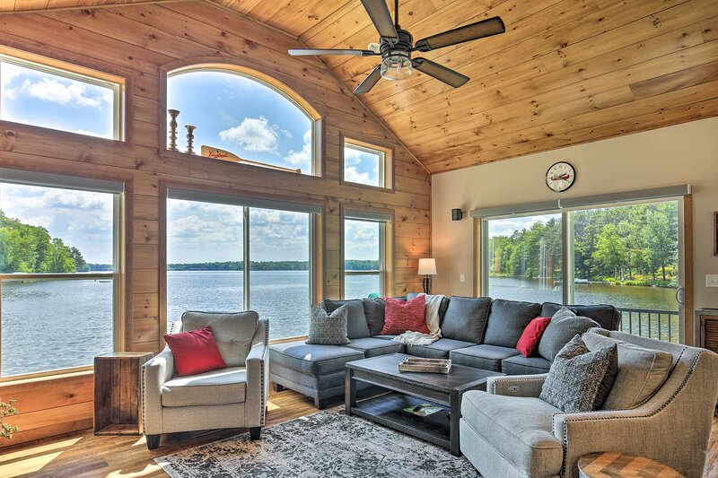 Spacious Lakeside Family Home on Big Bearskin Lake, holiday rental in Harshaw